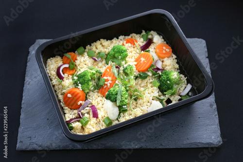 Catering dietetyczny, ryż z warzywami zapakowany do pudełka.