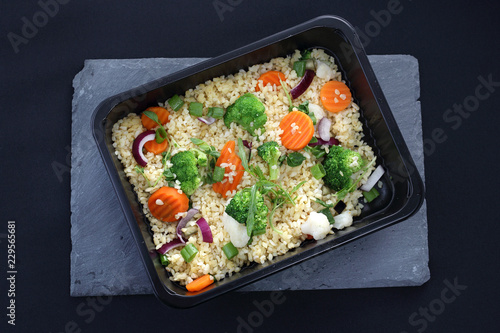 Gotowe danie obiadowe, potrawa zapakowany do pudełka.
