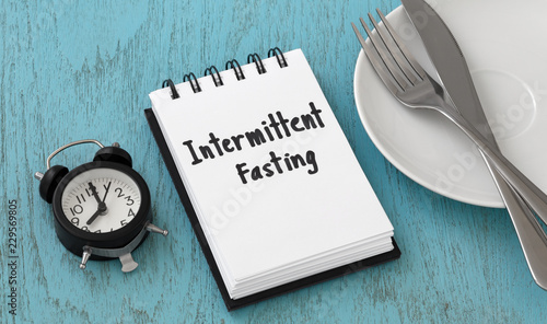Fotomural  Intermittent fasting concept on blue table