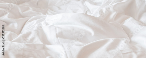 Valokuva  White bed sheet blanket, wrinkled duvet, crumpled comforter cloth used in hotel,