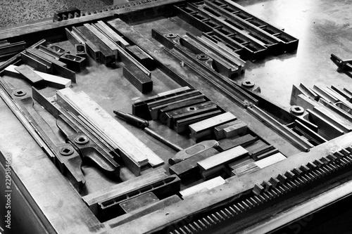 Fotografia  Primo piano di lettere e blocchi di stampa di tipo metallico di una vecchia tipo