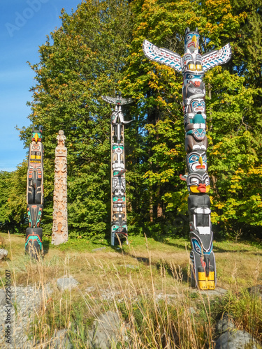 Colorful indian totems in stanley park vancouver canada Fotomurales