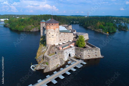 In de dag Noord Europa Olavinlinna fortress close-up on a sunny July day (shot from a quadrocopter). Savonlinna, Finland