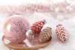 Weihnachtskugeln im Schnee mit weihnachtlichem Hintergrund