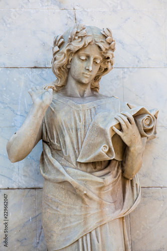 In de dag Zuid-Amerika land Calliope muse statue at the facade of the Adolfo Mejia theater in Cartagena de Indias