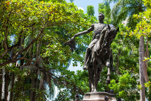 In de dag Zuid-Amerika land Simon Bolivar statue located at the Bolivar park in the walled city in Cartagena de Indias