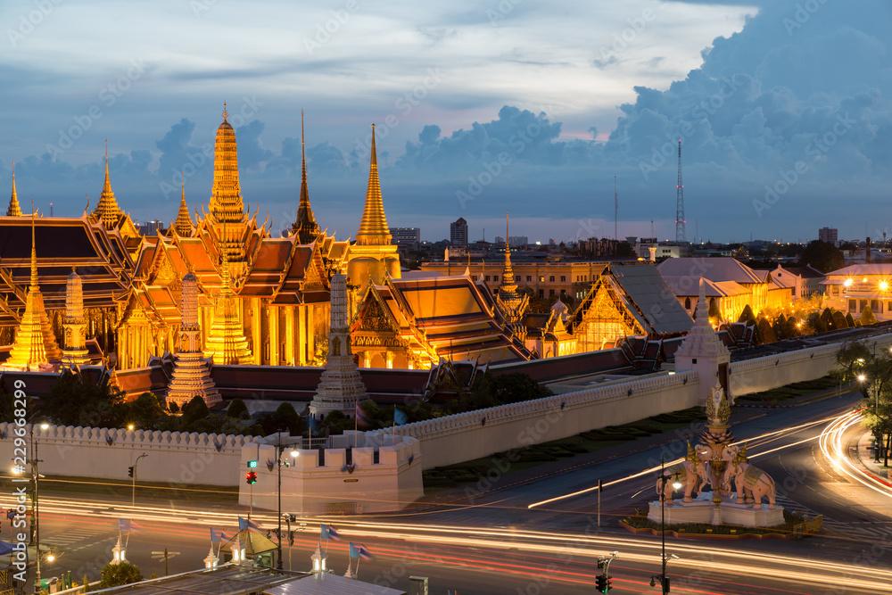 Aluminium Prints Wat phra keaw at night in Bangkok, Thailand