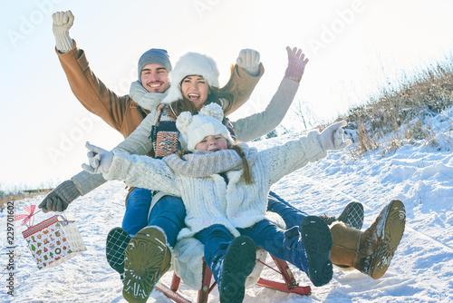 Fotografie, Obraz  Familie hat Spaß beim Schlitten fahren