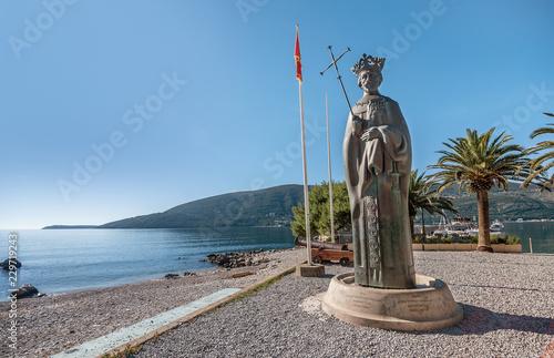 Fotografía  Statue of king Stephen Tvrtko I in port of  Herceg Novi, Montenegro
