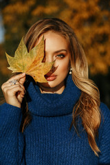 Fototapeta beautiful woman with blond hair in elegant outfit posing in autumn park