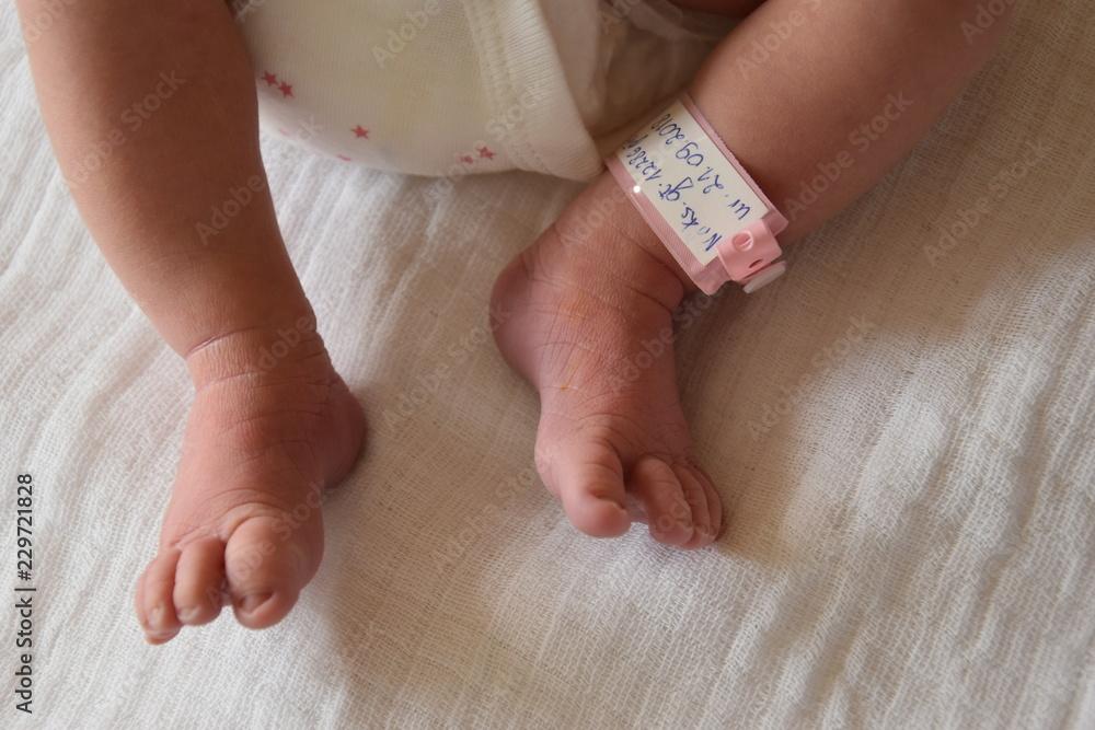Fototapeta stopy noworodka