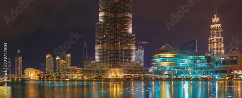 Fotografia DUBAI, UAE - MARCH 24, 2017: The nightly panorama of funtain in front of Burj Khalifa