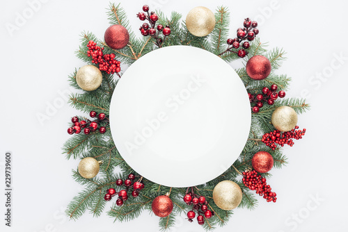 Photo  top view of pine tree wreath with Christmas decorations and round blank space in