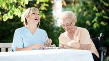 Pflegerin Und Seniorin Im Garten