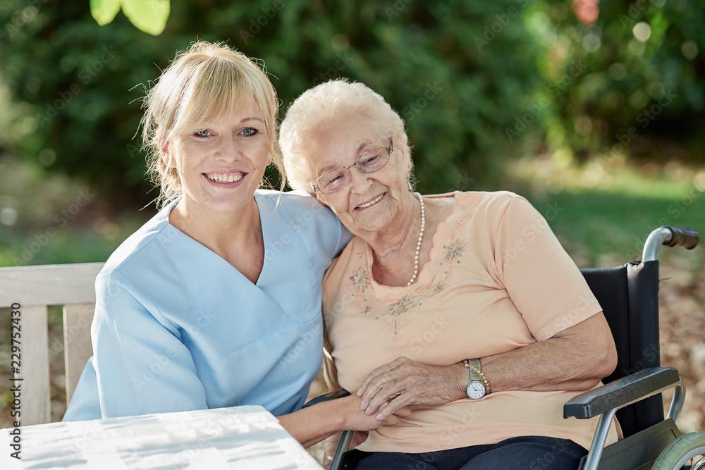 Fototapeta Pflegerin schenkt Zuneigung