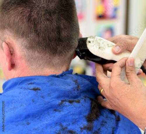 Obraz na plátně chez le coiffeur