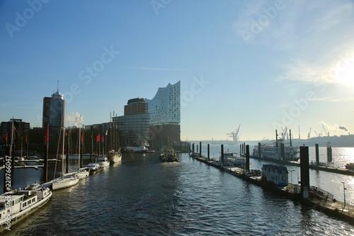 Deurstickers Theater Elbphilharmonie Hamburg mit Elbe und Pontons bei blauem Himmel