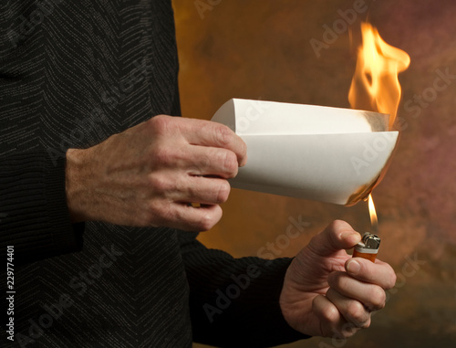 Fotografie, Obraz  man burning document