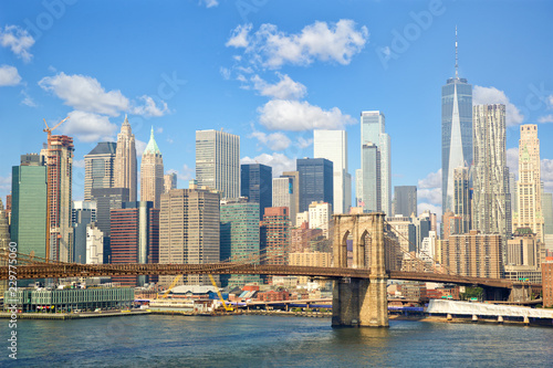 In de dag New York City Lower Manhattan skyline with Brooklyn Bridge in New York City