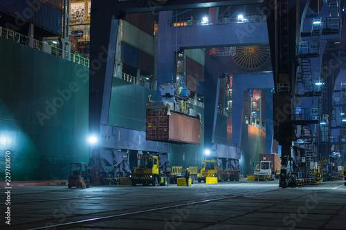 Pinturas sobre lienzo  Large mooring crane unloads container ship at night