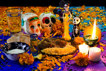 Ofrenda De Día De Muertos. Con Calavera De Azúcar, Pan De Muerto Y Platillo Tradicional Mexicano 3