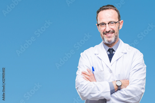 Fotografia Middle age senior hoary professional man wearing white coat over isolated background happy face smiling with crossed arms looking at the camera