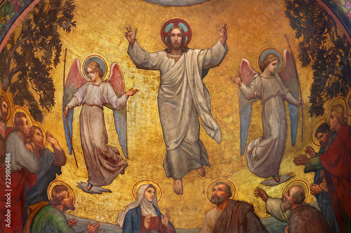 Fotografia PRAGUE, CZECH REPUBLIC - OCTOBER 13, 2018: The fresco of Ascension of Jesus in side apse of church kostel Svatého Václava by S
