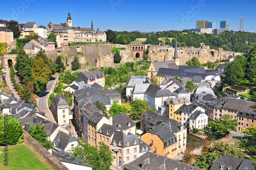 Fotografiet View from the city ramparts down to the Plateau du Rham & Grund areas of Luxembourg city, the Grand Duchy Luxembourg