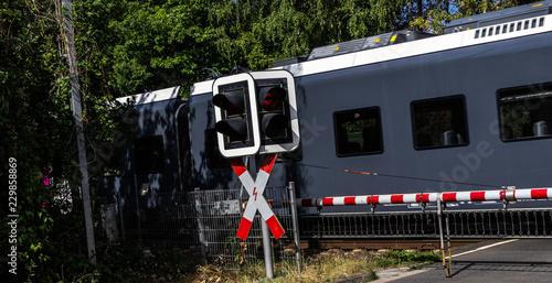 Fotografia, Obraz  Bahnübergang mit durchfahrendem Regionalzug