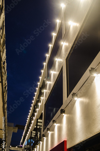 Fotografía  pattern of lights of a building with the light of night and a beautiful night blue sky
