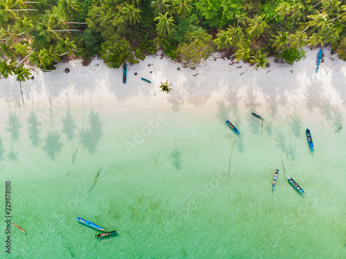 Photo  Aerial top down view boat tropical beach caribbean sea at Pasir Panjang
