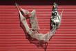 Fischernetz und Reuse als Dekoration an einer roten Bretterwand