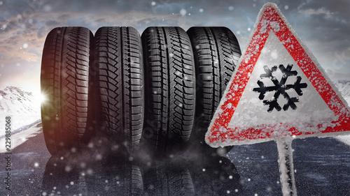 Fényképezés  achtung - Winterreifen auf einer schneebedckten Fahrbahn