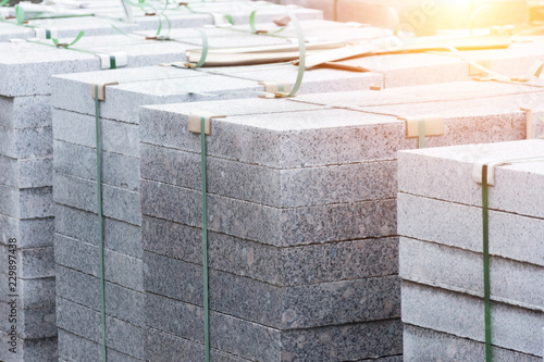 Photo Marble slabs, paving stones, building material on pallets.