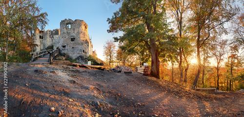 Plakat Piękny Sistani krajobraz przy jesienią z Uhrovec kasztelem ruinami przy zmierzchem
