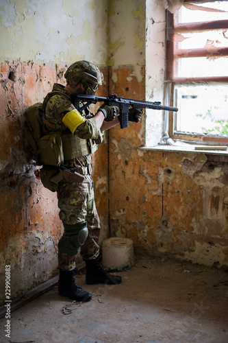 Fotomural  sniper with automatic rifle by the window