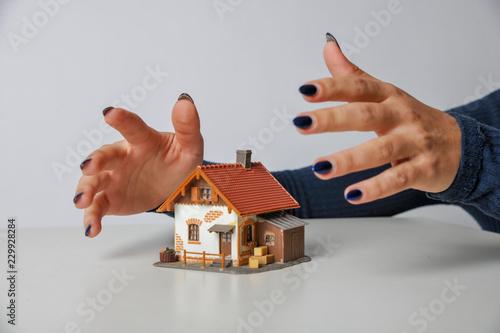 Fotografía  Haus Model Modelhaus Hände schützend eiverleibend gefahr drohend