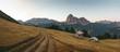 Hütte im Grödner Tal bei Sonnenaufgang mit Langkofel im Hintergrund
