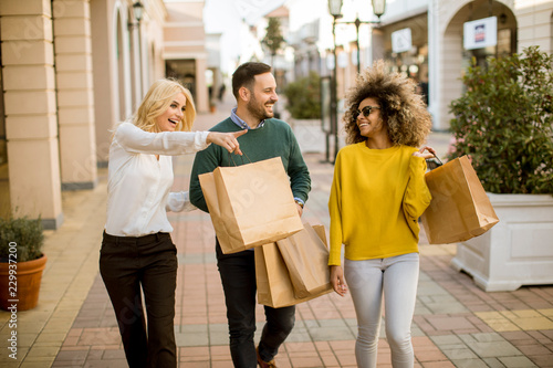 Young multiracial people in shopping Fototapete