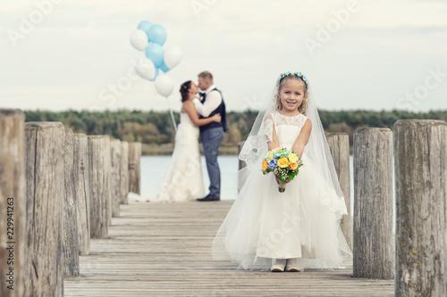 Foto kleines Blumenmädchen bei der Hochzeit am See