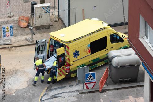 accidente de trabajador de una obra y traslado en ambulancia