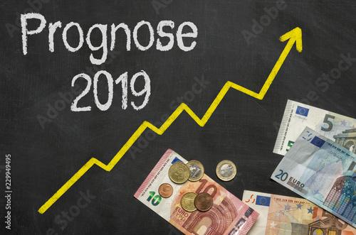 Fotografía  Tafel mit Geld - Prognose 2019