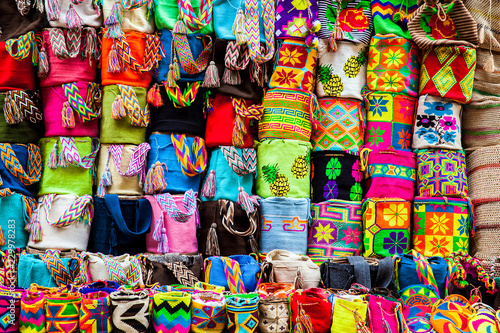 In de dag Zuid-Amerika land Street sell of handcrafted traditional Wayuu bags at the walled city of Cartagena de Indias