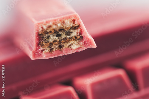 Foto auf AluDibond Katze Finger Ruby Chocolate Bar made from ruby cocoa bean. New dimension of chocolate sweets.