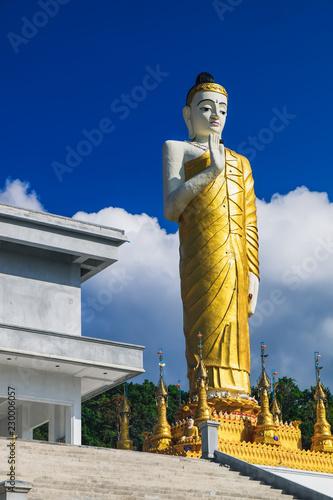 Foto  Big Buddha Statue in Thai style at Wat Waree Banprot on Phet Kasem Road in Bang