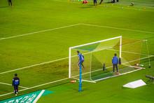サッカーの試合を応援する人々