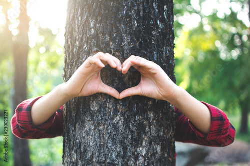 Human hugging big tree color of hipster tone selective soft focus, concept prote Fototapet