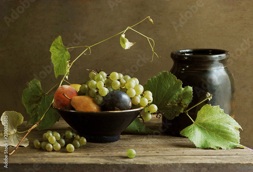 Fotografía  Still Life with Fruit Bowl and Grapevine