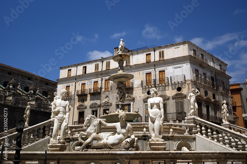 In de dag Palermo Fontana Pretoria in Palermo, Sicily is also called Fountain of shame, because of the nude figures. Originally intended for a private Florentine villa and not a public square.