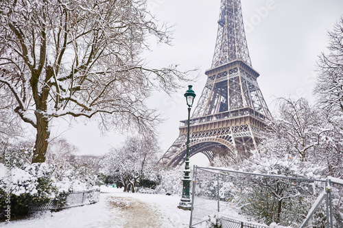 Poster Tour Eiffel Scenic view to the Eiffel tower on a day with heavy snow